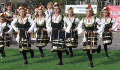 Bulgarian girls dancing